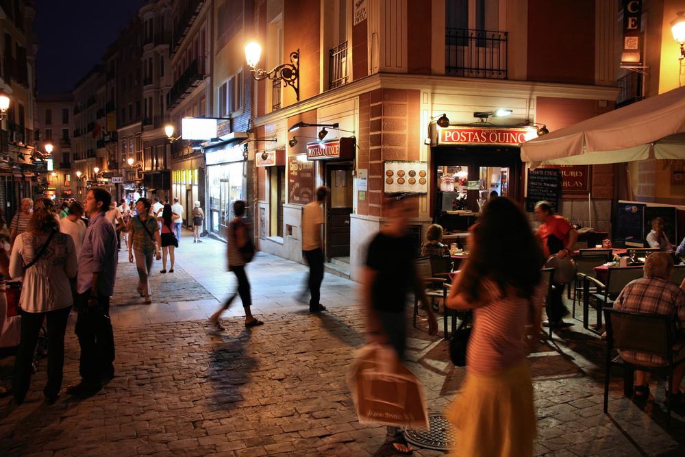 Ambiente nocturno en calles céntricas de Madrid