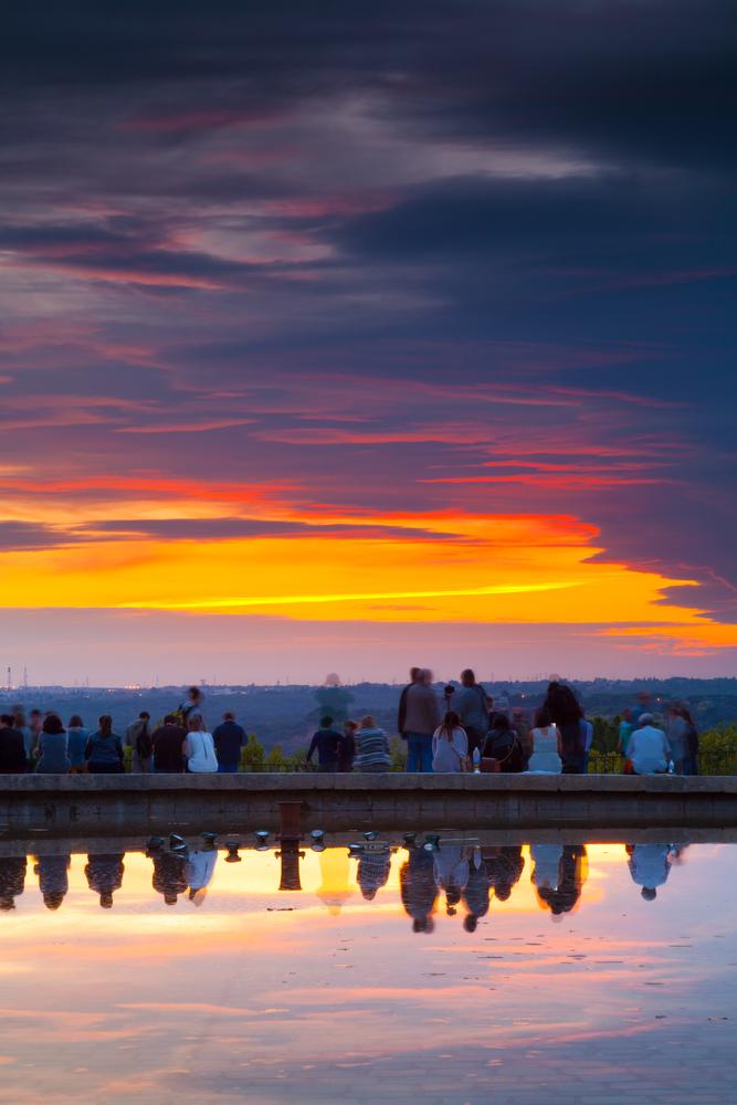 Gente contemplando puesta de sol desde el Templo de Debod