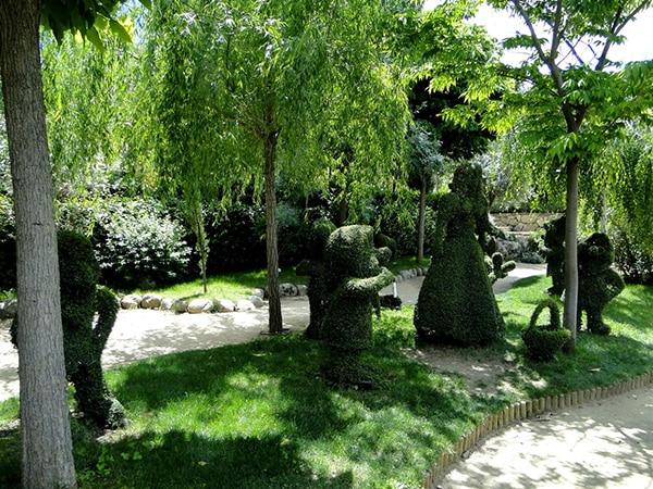 Detalle escultura vegetal del cuento de Blancanieves en el Bosque Encantado