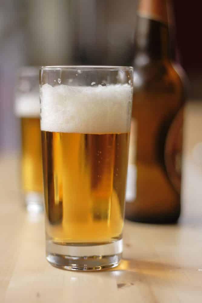 Cañas de cerveza en barra de un bar