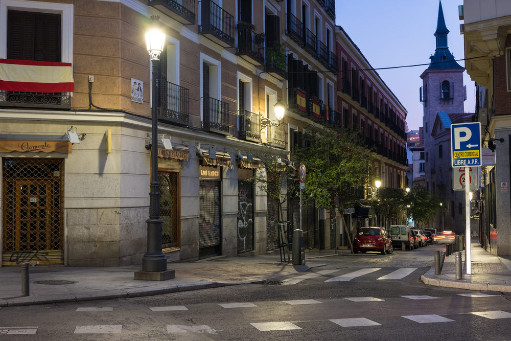 Calle céntrica Madrid sin coches. Área residencial