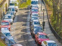 Coches paracados calle de Madrid en lineas naranjas y azules