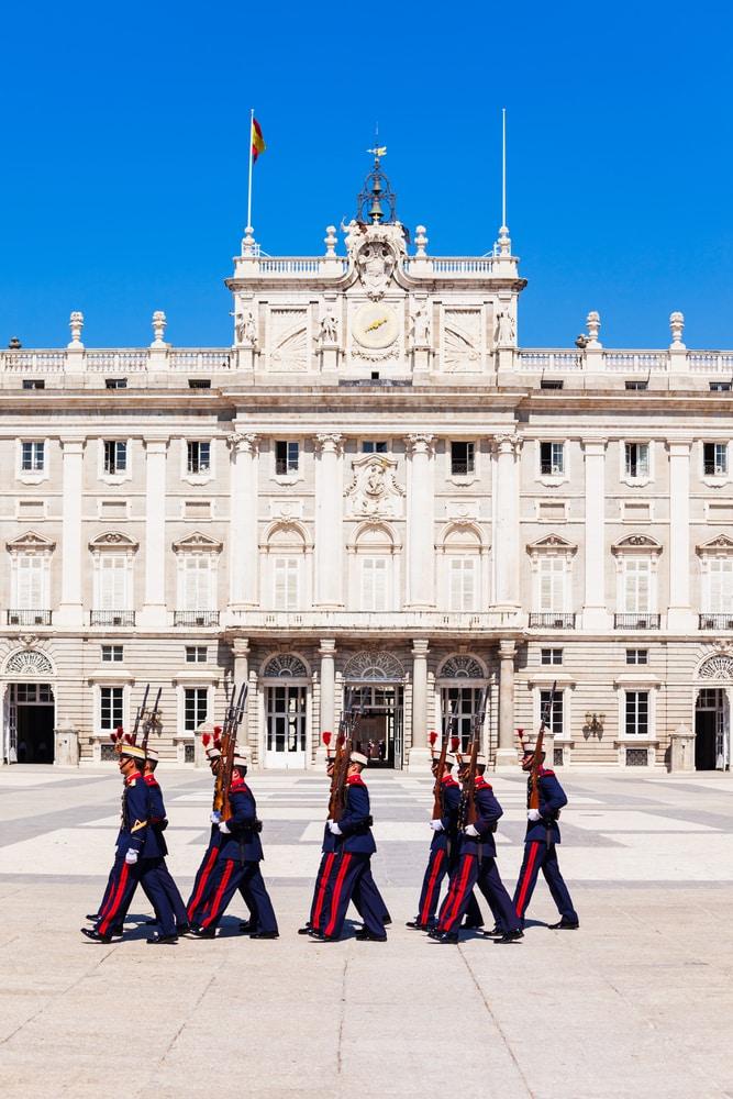 Cambio de Guardia Real en el Palacio de Oriente de Madrid. En la Plaza de las Armas