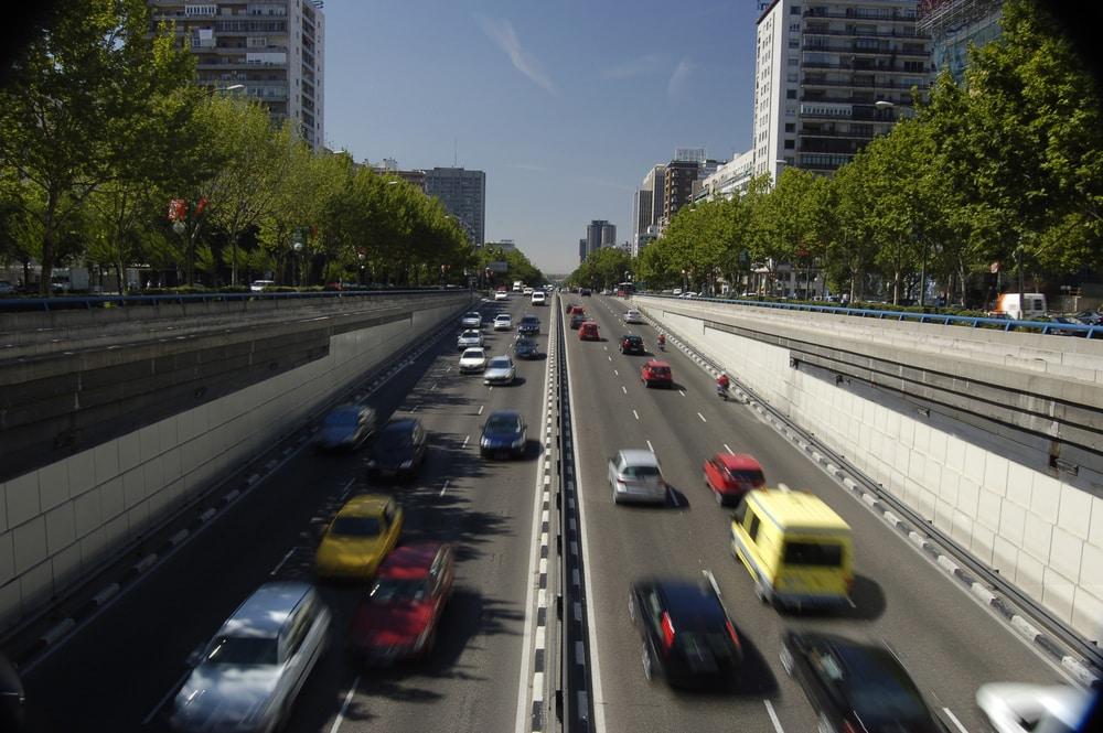 Coches circulando calles de Madrid