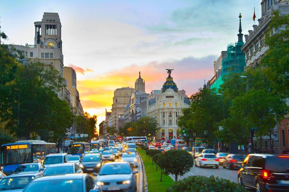 Coches circulando -atasco en pleno cento de Madrid