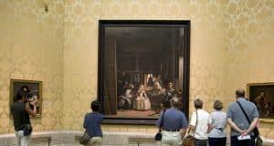 Interior del museo del Prado. Sala con el cuadro de Las Meninas de Velázquez