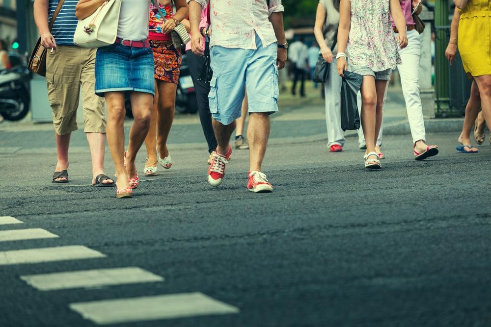 Detalle de pearones cruzando calzada de Madrid