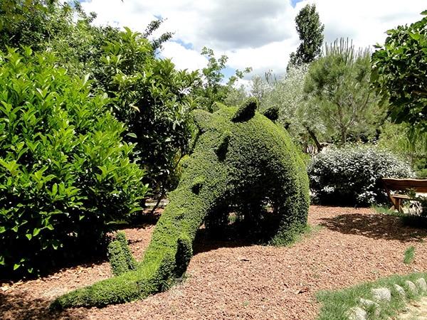 Detalle de escultura de dinosaurio en Bosque Encantado
