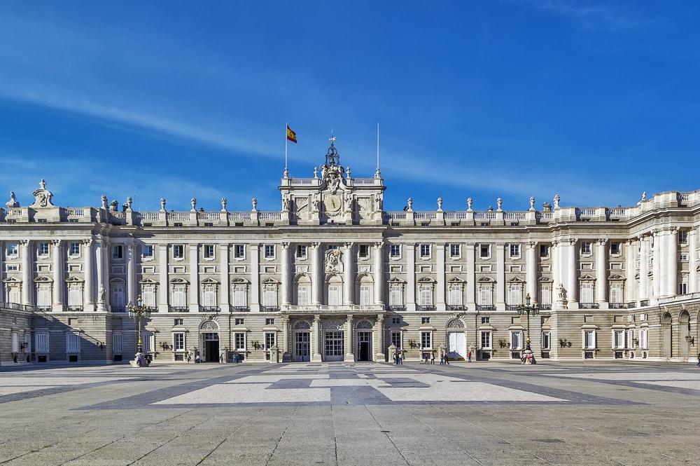 Fachada principal del Palacio Real de Madrid con la Plaza de Armas