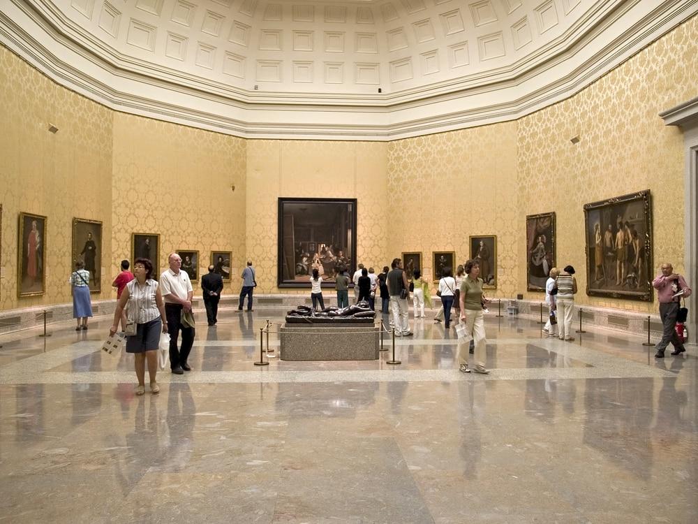 Sala de Velázquez con público Museo del Prado Madrid