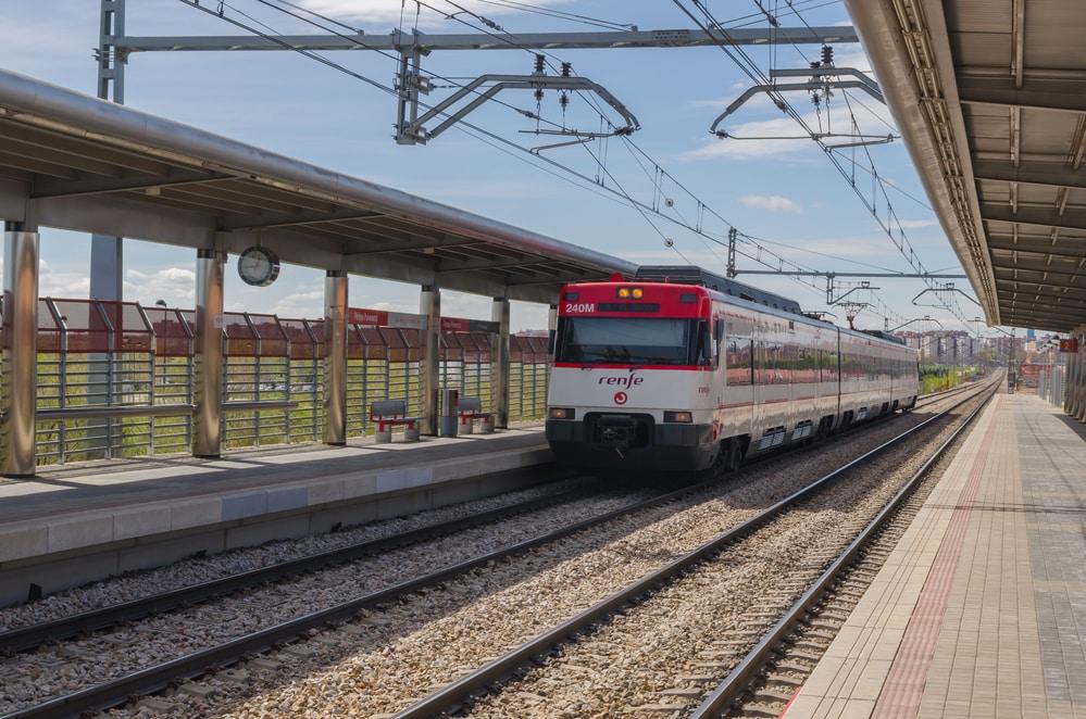 Tren de cercanías circulando por Madrid