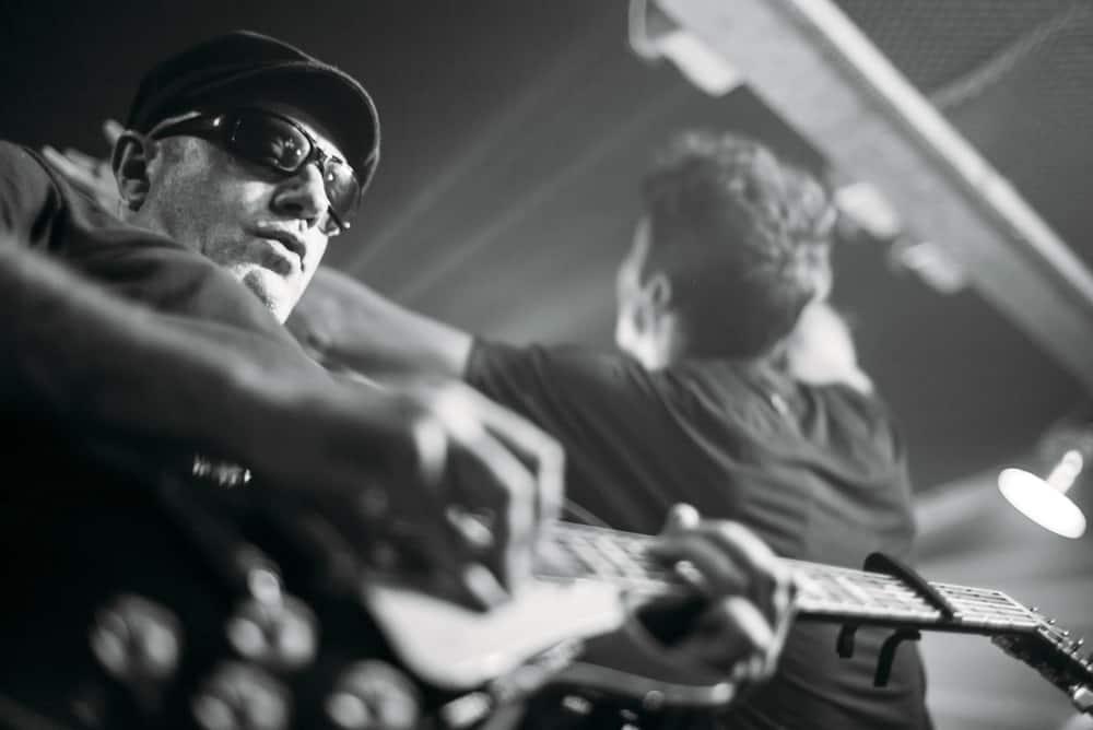 Músico tocando guitarra concierto sala de Madrid
