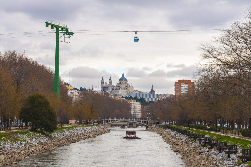 Zona de Madrid Río con los teleféricos de fondo