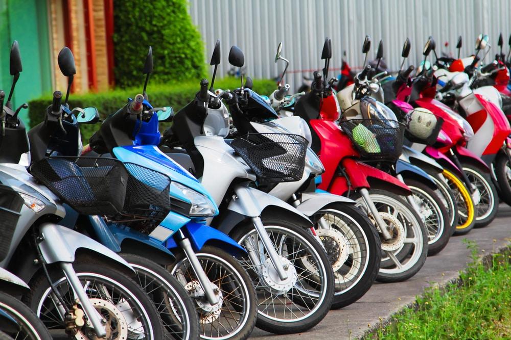 Motocicletas de colores aparcadas en la acera