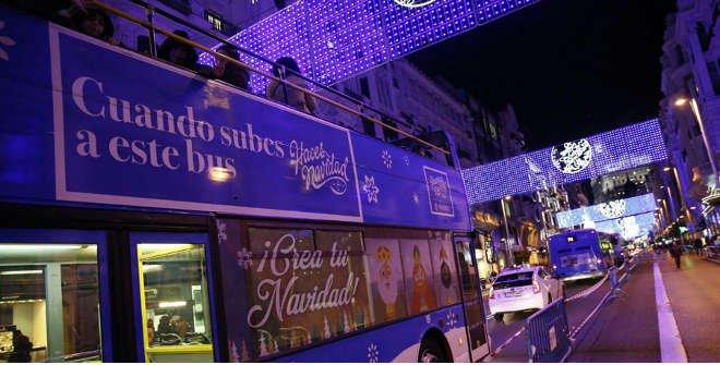Autobus EMT en Navidad, el Naviluz pasando por una calle céntrca de Madrid
