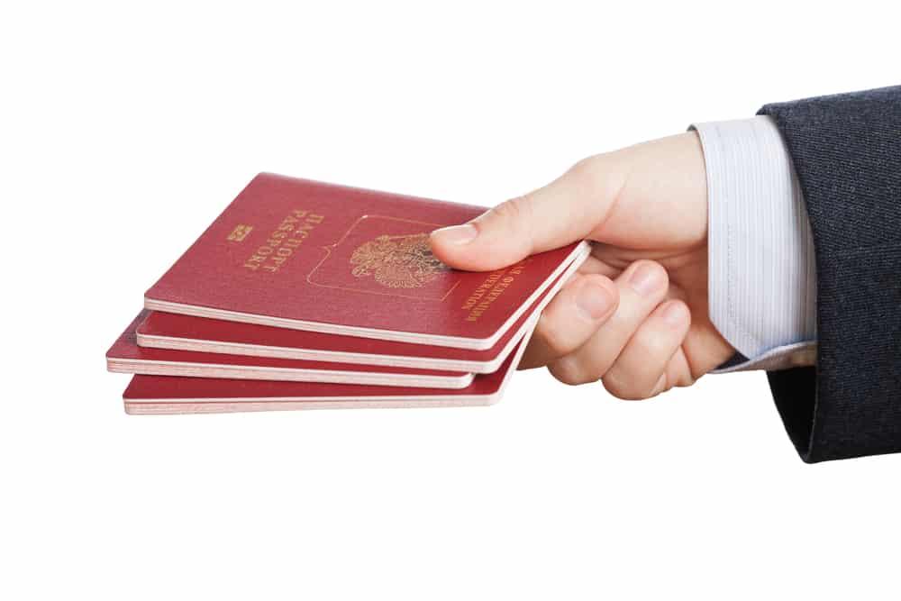 Persona con varios pasaportes en la mano