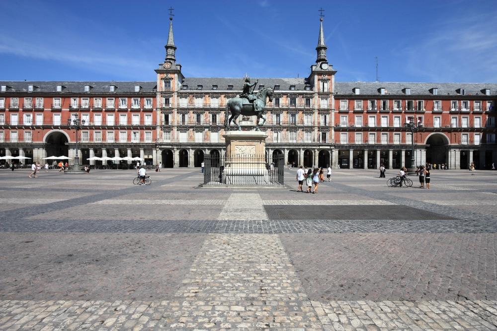 Plaza Mayor con Casa de la Panadería y estatua de Felipe III, en Madrid
