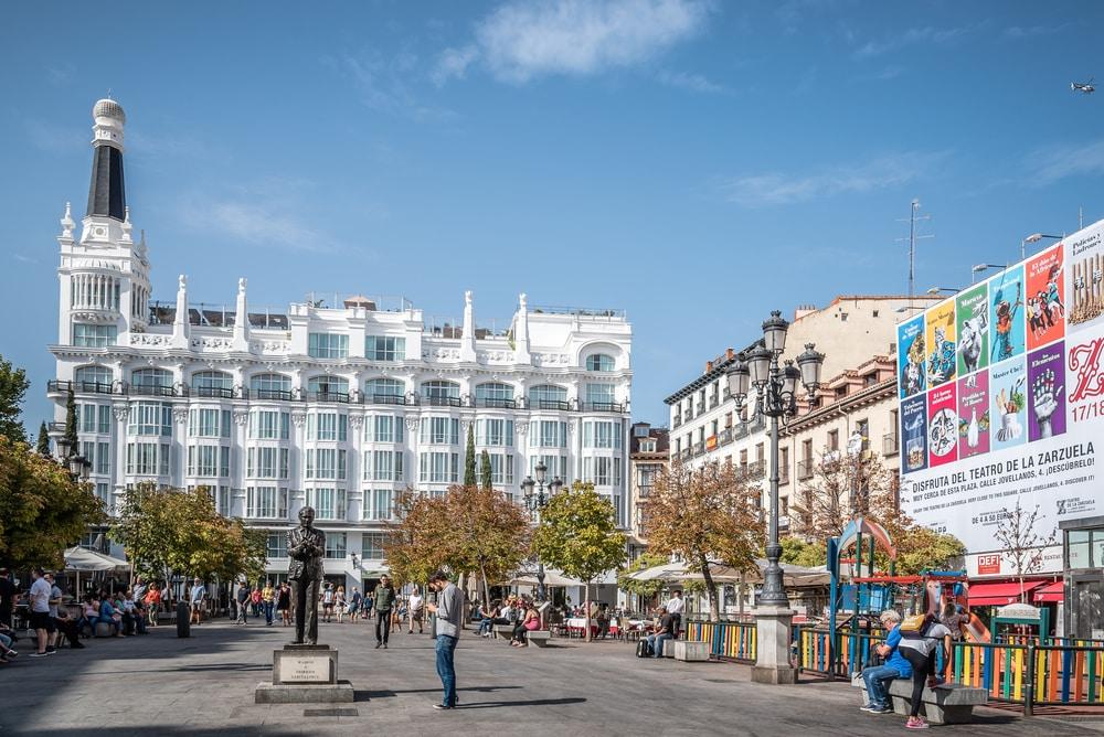 Plaza de Santa Ana. Monumento de Lorca al fondo, En el barrio de las Letras