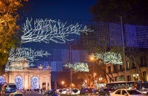 Puerta de Alcalá iluminada en Navidad con calle Alcalá y tráfico