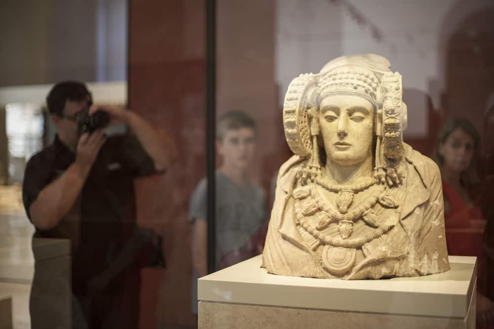 Vitrina Dama de Elche Museo Arqueológico de Madrid
