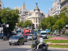 vehículos circulando Plaza de Cibeles con calle Alcalá