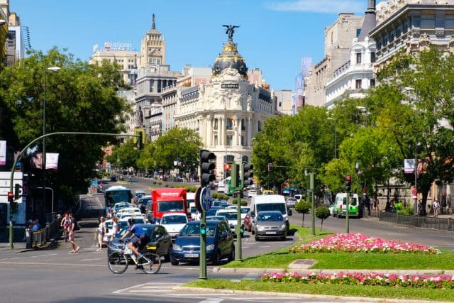 Bicicleta y coches circulando por Plaza de Cibeles