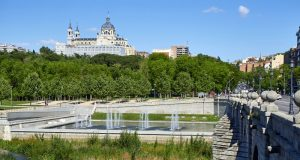 Parque de Madrid Río con puente de Segovia y catedral de la Almudena de fondo