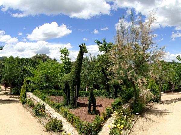 Detalle de esculturas de vegetación de animales de la jungla En Bosque Encantado