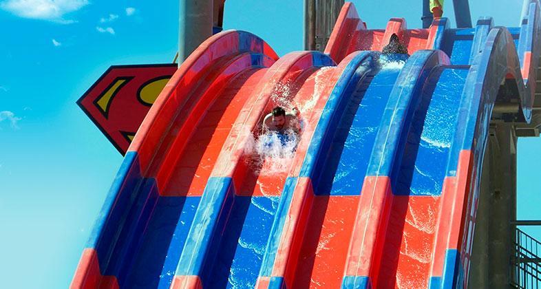 Tobogán de Superman en la Warner parque acuático